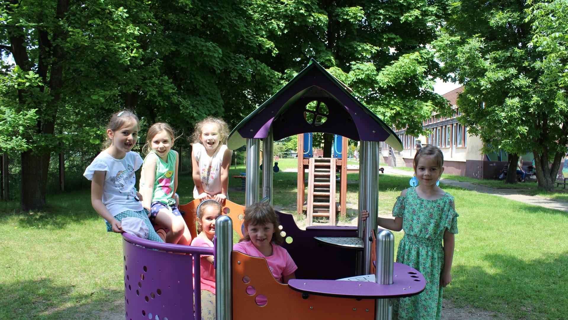 Uśmiechnięte dziewczynki na placu zabaw.