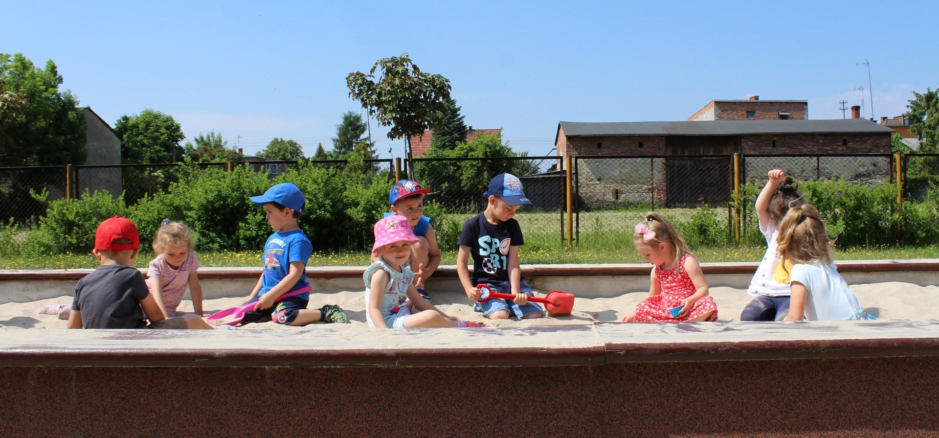 Dzieci bawią z się w piaskownicy.
